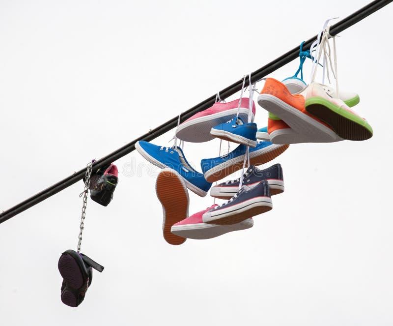 Stiefel auf einem Seil stockfotos