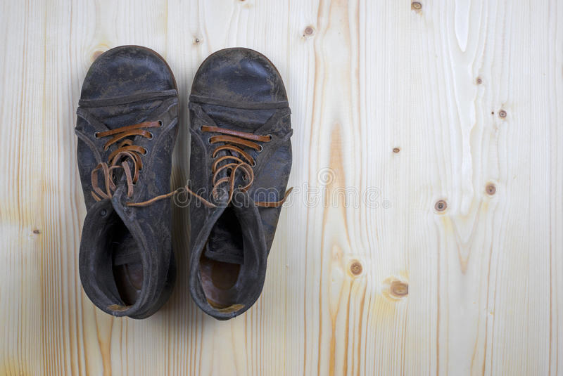 Stiefel auf flachem Kiefernholz 1 stockbilder