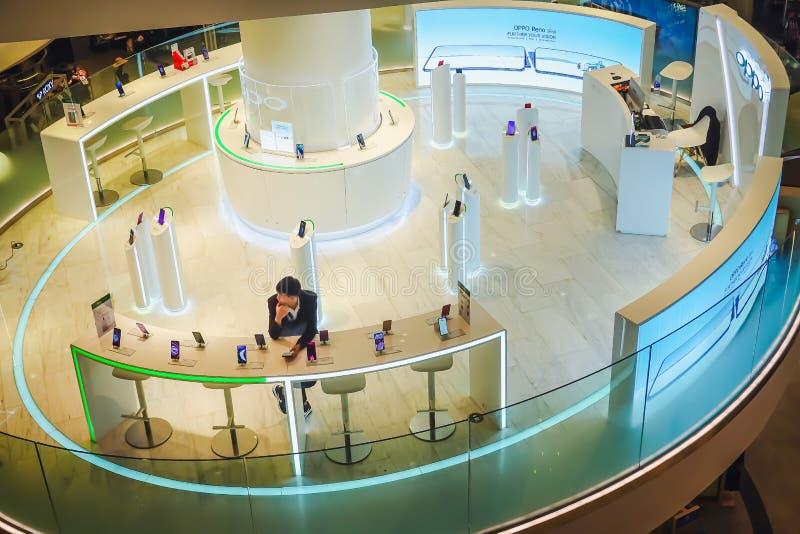 Stiefel, die Handymarke Oppo, Anzeige im Einkaufszentrum verkaufen OPPO Electronics Corp ist ein chinesischer Elektronikherstelle stockbild