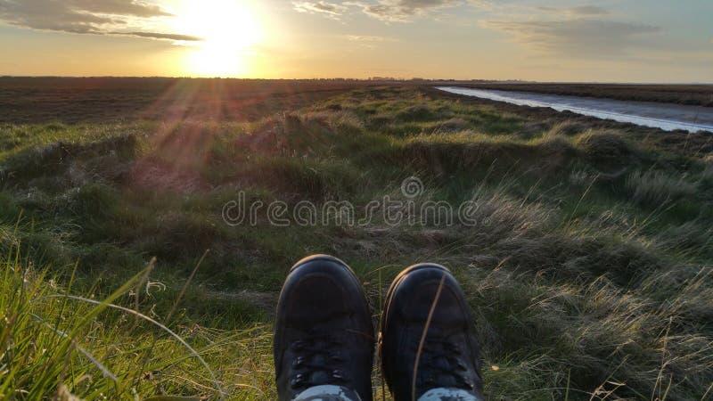 Stiefel mit einer Ansicht bei Sonnenuntergang lizenzfreies stockfoto