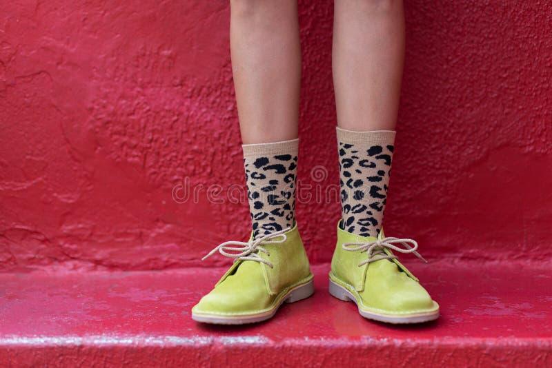 Stiefel und flippige Socken stockbild