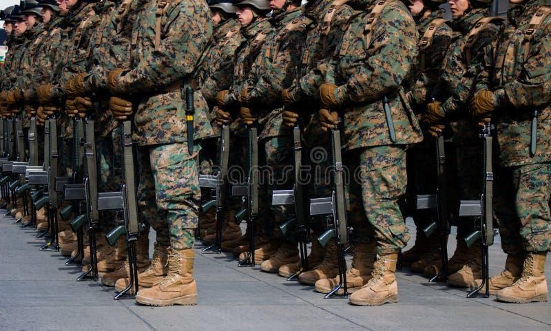 Stiefel von Militar in einer Parade Voll vom Patriotismus mit einem Abschluss herauf Technik lizenzfreie stockfotografie