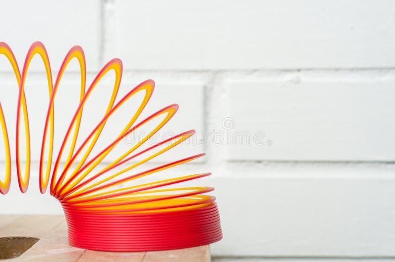 Stiekem Stuk speelgoed Plastic speelgoed Baksteen in de muur stock afbeeldingen