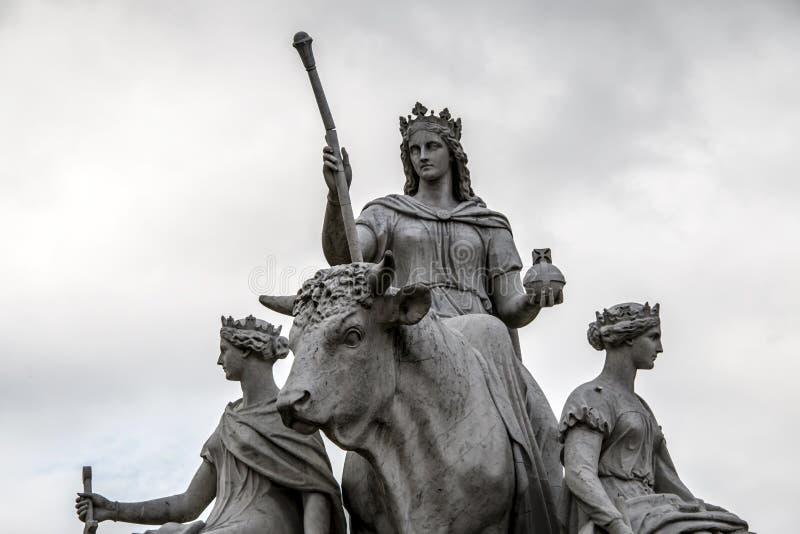 Stier-Statue, die den Kontinent von Europa in Albert Memorial in Kensington-Gärten in London, England darstellt lizenzfreie stockfotografie