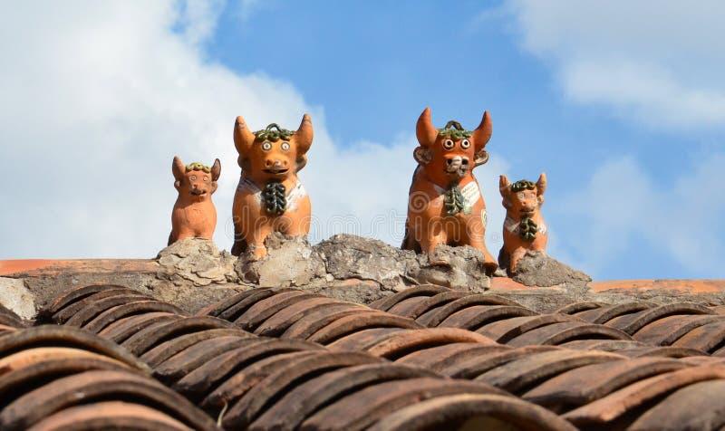 Stieren bovenop huis dichtbij Cusco stock foto's