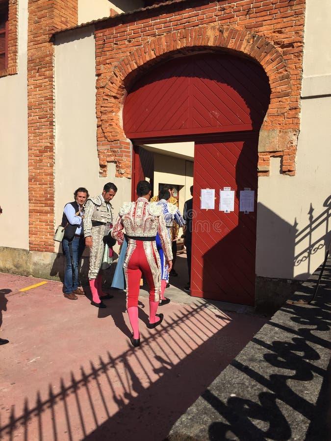 Stierkämpfer Jose Padilla begrüßt Fans, bevor er die Arena betritt, um die Stiere in Gijon zu kämpfen lizenzfreie stockbilder