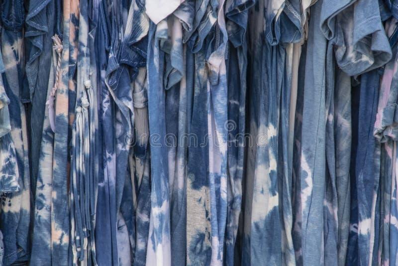 Stierven de Boho hippy schaduwen van blauwe band kleding die op een rek hangen stock fotografie