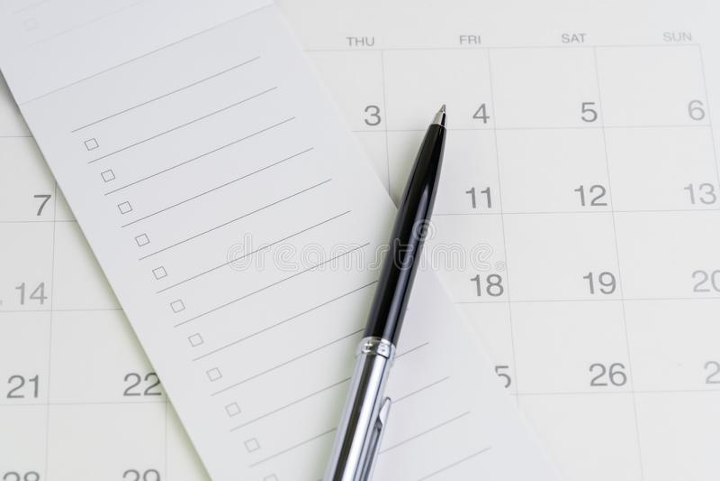 Stift auf Checkliste mit Checkboxnotizblock auf sauberem Kalender mit als besonderer Anlass, Planer, wichtige Anzeige oder Verabr stockfoto
