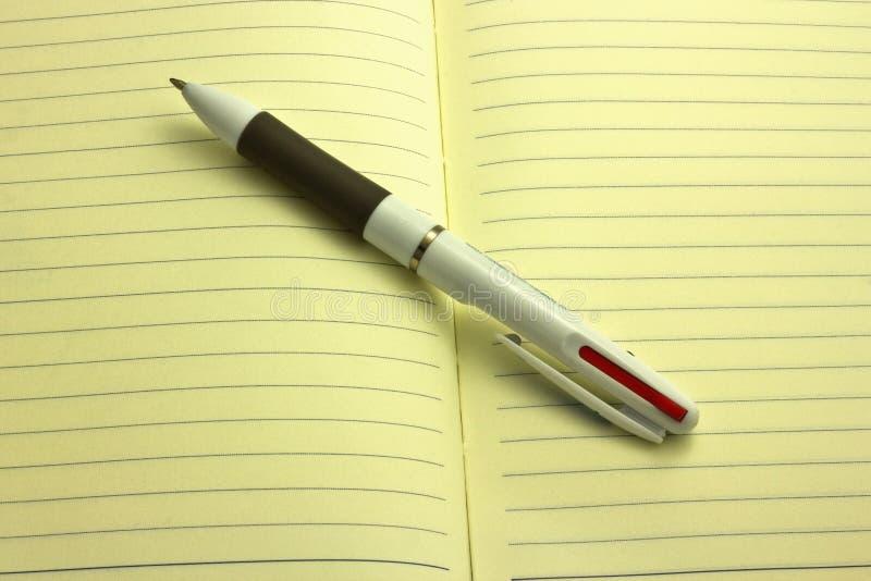 Stift und Notizbuch lizenzfreies stockfoto
