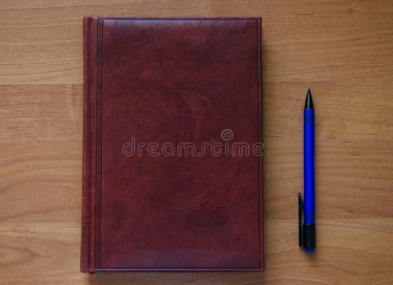 Stift und Notizbuch lizenzfreie stockfotos