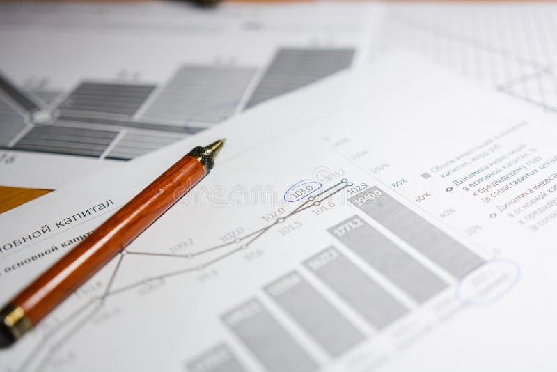 Stift und Taschenrechner auf dem Tisch lizenzfreie stockfotografie