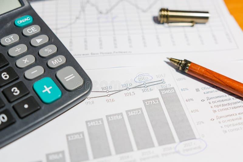 Stift und Taschenrechner auf dem Tisch stockbild