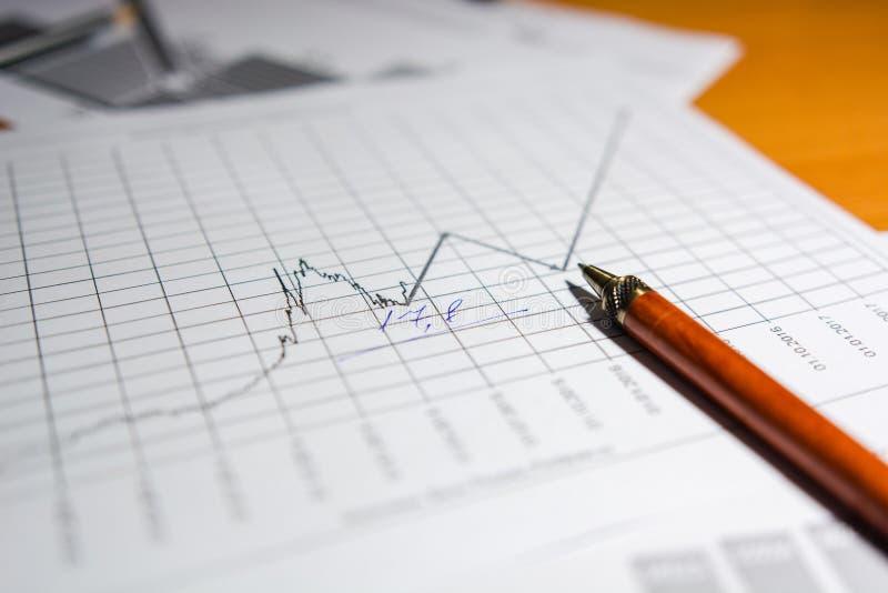 Stift und Taschenrechner auf dem Tisch lizenzfreie stockfotos