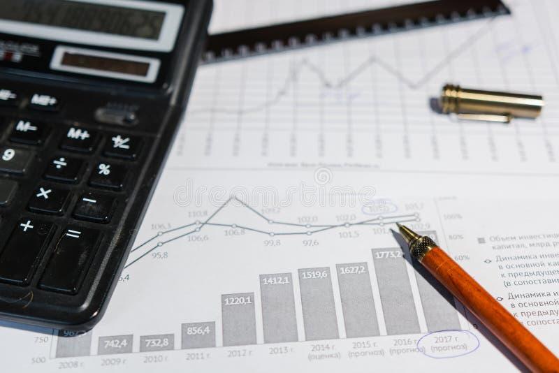 Stift und Taschenrechner auf dem Tisch lizenzfreies stockbild