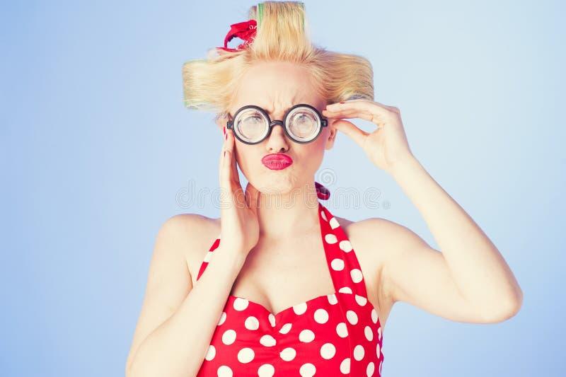 Stift upp flicka med roliga exponeringsglas royaltyfria foton