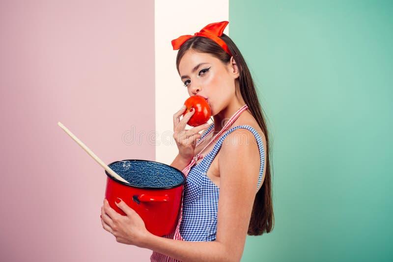 stift upp kvinna med moderiktig makeup utvikningsbrudflicka med modehår retro kvinna som lagar mat i kök perfekt hemmafru nätt royaltyfria foton