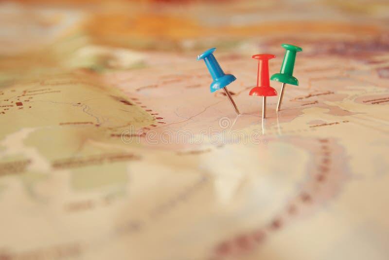 Stifte befestigt zur Karte, Standort oder Reiseziel zeigend stockfotografie