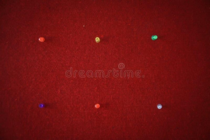 Stifte festgesteckt auf ein rotes Brett bereit zum Ausfüllen Zitate stockfotografie