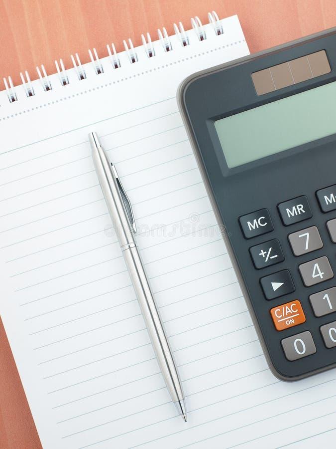 Stiftnotizblocktaschenrechner lizenzfreies stockbild
