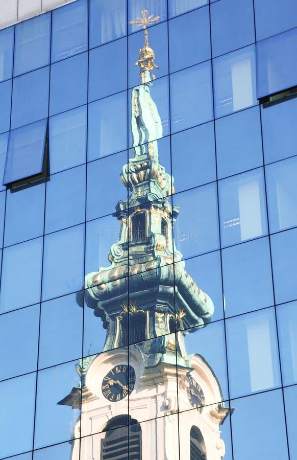 Stiftskirche en reflexiones del alto edificio de cristal fotos de archivo