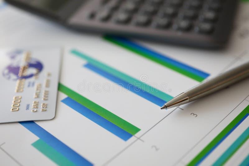 Stifttaschenrechner und Plastikdebitkarte lizenzfreies stockfoto