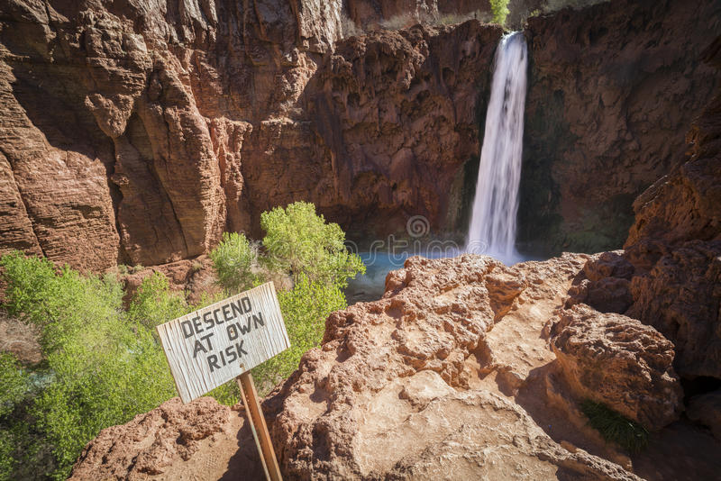 Stig ned på egen risk, Havasu nedgångar, Grand Canyon, Arizona royaltyfria bilder