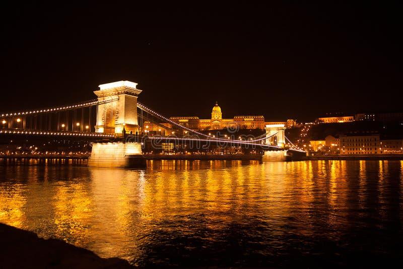 Stiga av bron i natten Budapest fotografering för bildbyråer
