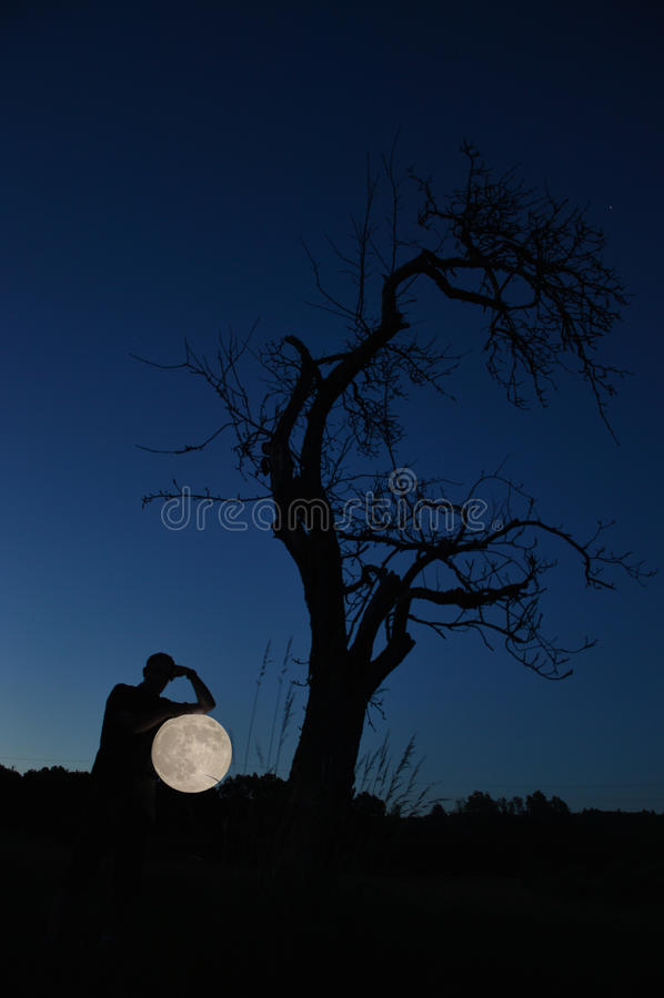 Stiga fullmånen royaltyfri bild