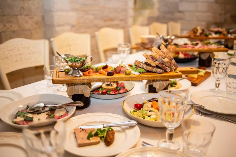 Stiga ombord med italienska mellanmål på en tabell i en restaurang royaltyfri bild