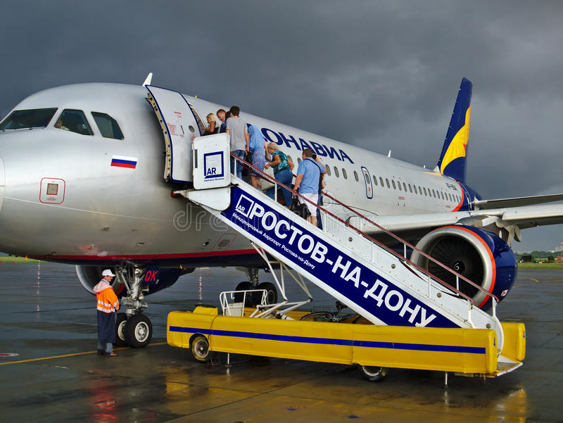 Stiga ombord nivån i molnigt väder Rostov-On-Don flygplats royaltyfri foto