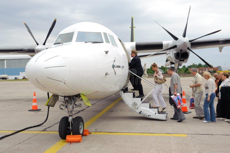 Stiga ombord på Air det baltiska propellerflygplan arkivbild