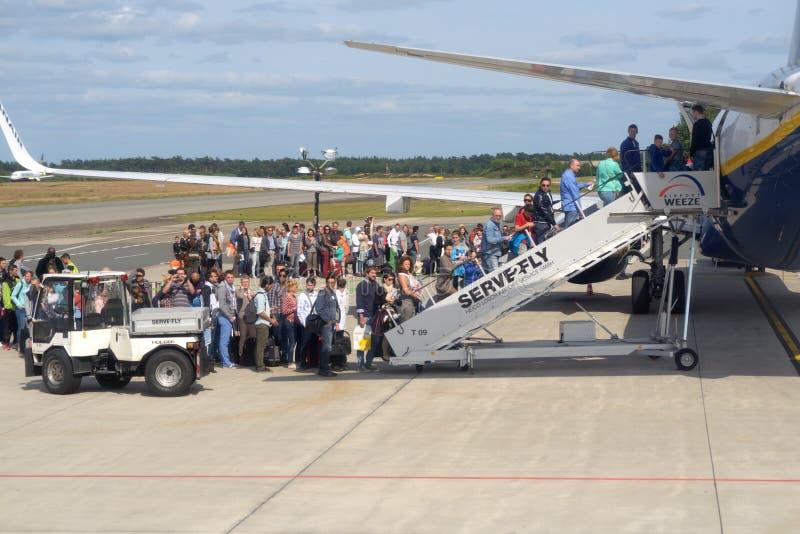 Stiga ombord till ett passagerareflygplan arkivfoton