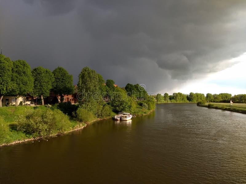 Stigande åskväder över Nienburg på Weseren royaltyfria bilder