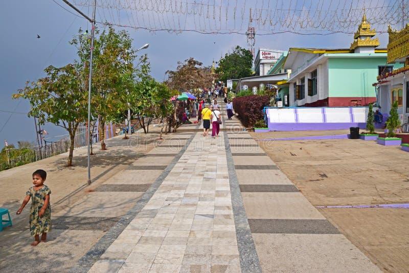 Stigande bana till den Kyaiktiyo pagoden på det måndag tillståndet, Burma fotografering för bildbyråer