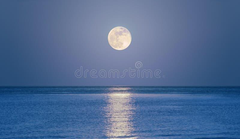 stigande hav för moon royaltyfri fotografi