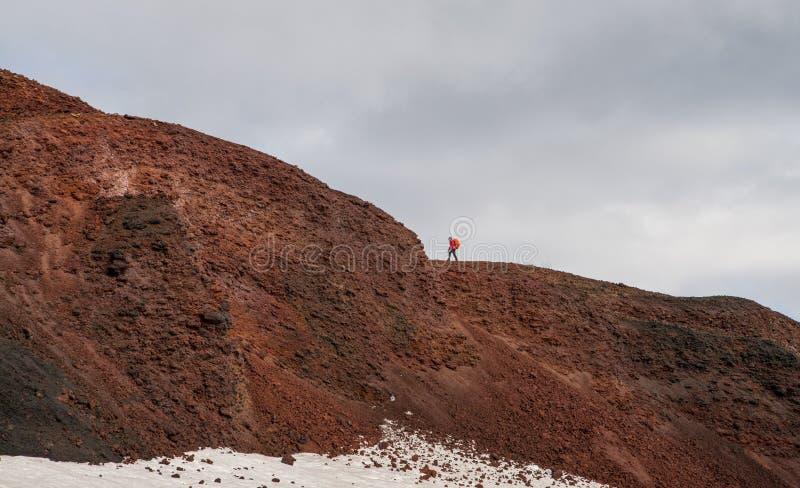 Stigande Modi för Trekker berg under den Fimmvorduhals treken i Island arkivfoton