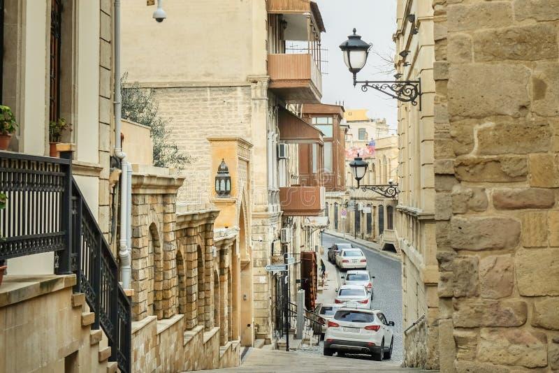 Stigande ned Colorfull gammal smal steet i den gamla staden Baku, Azerbajdzjan royaltyfri foto