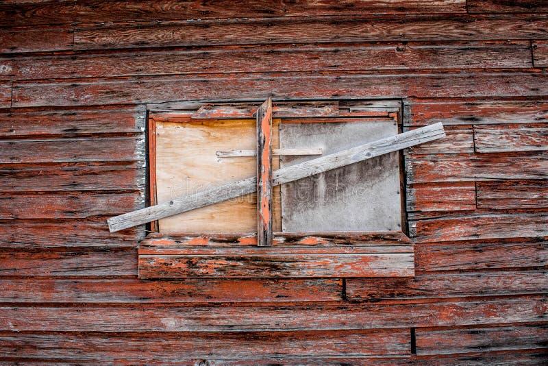 Stigit ombord upp fönster på gammal byggnad fotografering för bildbyråer
