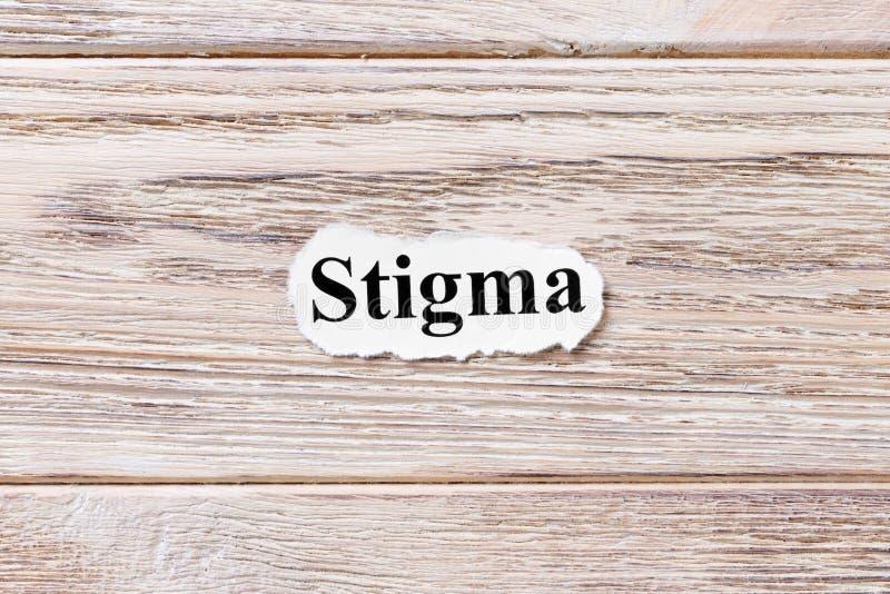 Stigmate du mot sur le papier Concept Mots de stigmate sur un fond en bois images libres de droits