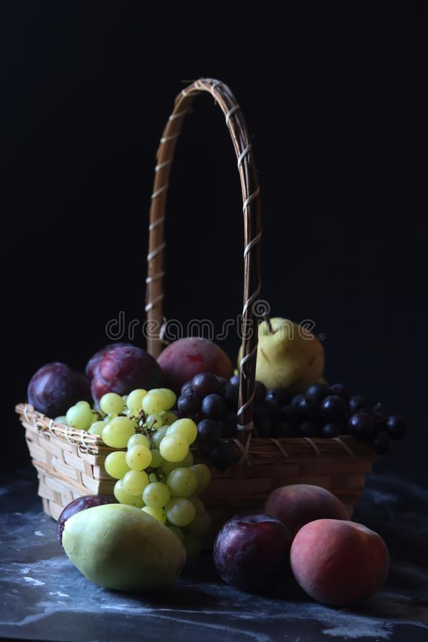 Stiill-Lebenfrüchte, -traube, -birne, -pflaume und -pfirsich stockbild