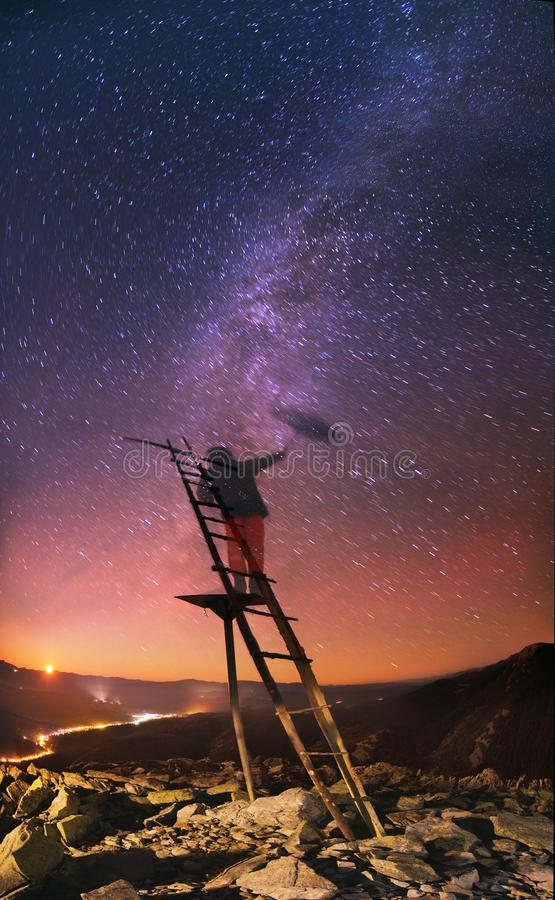 Stijgen van de Melkweg onder sterrenregen stock foto's