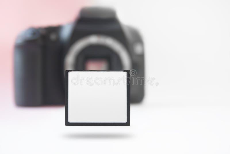 Stijgende Geheugenkaart met Onscherpe Camera op Rug royalty-vrije stock afbeeldingen