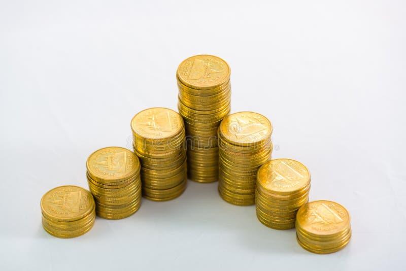 Stijgende kolommen van muntstukken, stapels van gouden die muntstukken als g worden geschikt royalty-vrije stock fotografie