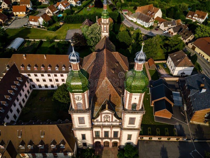 Stijgende majestueuze kerk Heilige Maurice in weinig Frans dorp E stock foto