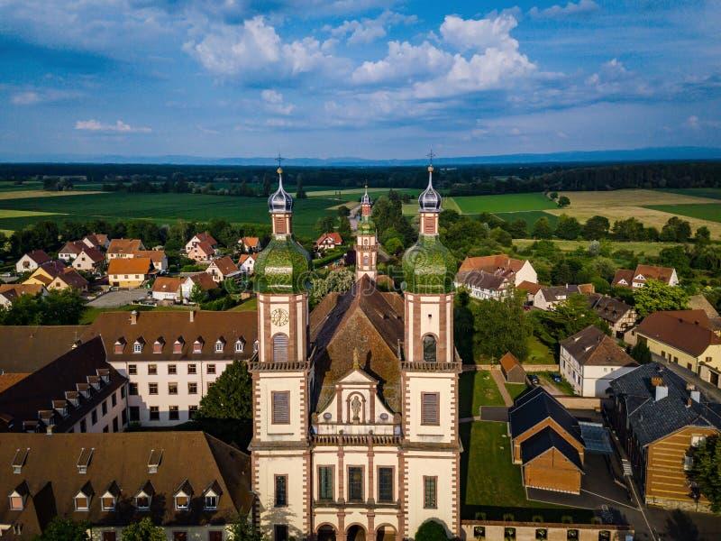 Stijgende majestueuze kerk Heilige Maurice in weinig Frans dorp E royalty-vrije stock foto's