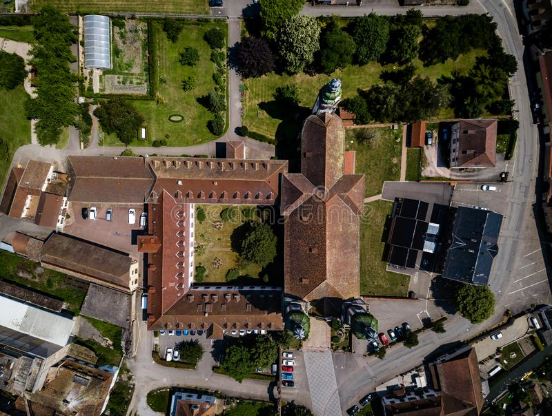Stijgende majestueuze kerk Heilige Maurice in weinig Frans dorp E royalty-vrije stock afbeelding