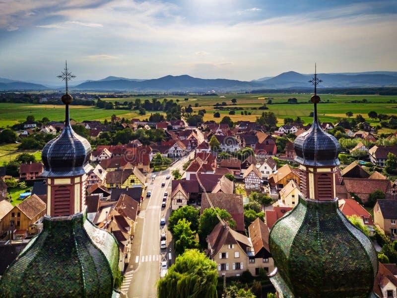 Stijgende majestueuze kerk Heilige Maurice in weinig Frans dorp E royalty-vrije stock fotografie