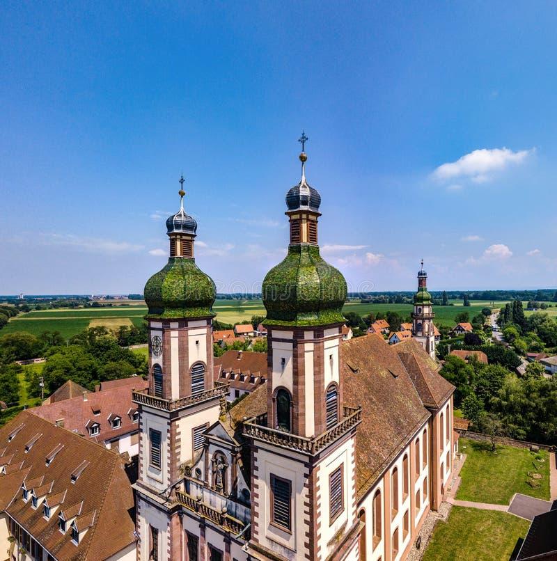 Stijgende majestueuze kerk Heilige Maurice in weinig Frans dorp E stock afbeeldingen