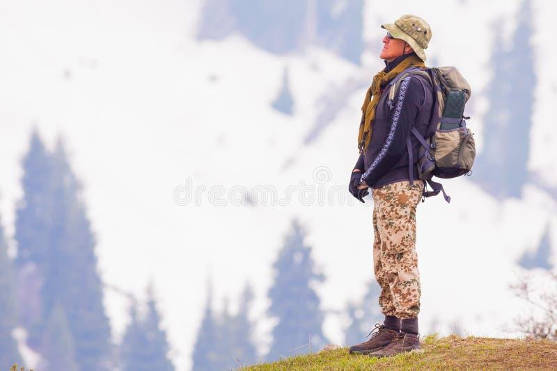 Stijging en avontuur bij berg met goed geklede toerist stock afbeelding