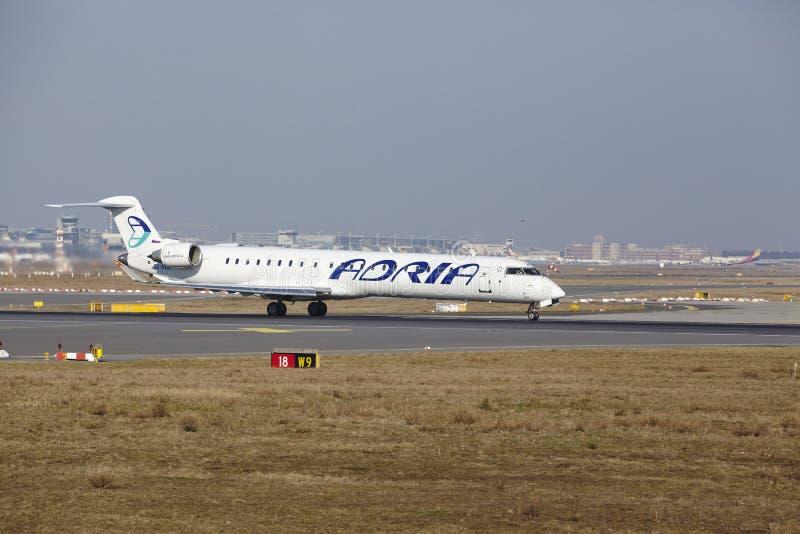 """Stijgt de Internationale Luchthaven †""""Adria Airways Canadair 900 van Frankfurt op royalty-vrije stock foto"""
